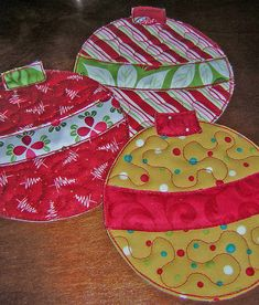 Christmas place mats = adorable Could also work for hot pads. Christmas Projects, Holiday Crafts, Christmas Ribbon Crafts, Christmas Fabric, Christmas Placemats, Christmas Coasters, Christmas Mug Rugs, Quilted Christmas Ornaments, Crochet Christmas
