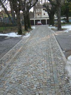 Pavimentazione in cubetti di Luserna, posati ad archi contrastanti.
