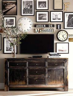 Decoração da sala com quadros e relógios.