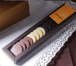 Cajita para chocolates con tapa transparente.