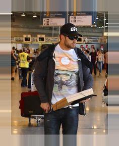 Kellan Lutz Embarca No Aeroporto Internacional do Rio de Janeiro Em 15.07.2014 kellan Lutz deixou o Brasil no final da tarde desta terça-feira (15). O ator, embarcou no Aeroporto Internacional do Rio de Janeiro, o Galeão, vestindo uma camisa que ganhou de um dos fãs que o presentearam na noite do dia 14, na porta do hotel em que estava hospedado.
