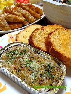 缶詰に玉葱とにんにくの微塵切りを加えて焼いて、チーズやレモン、パセリをかければバケットによく合うおしゃれなおつまみに変身。
