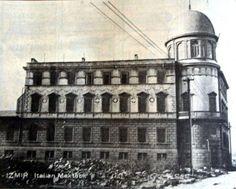 İTALYAN MEKTEBİ: Bu fotoğraf 9 Eylül'den çok sonra alınmış. Çünkü o bölgede yapının çevresindeki yangın artığı yapıların harap duvarları temizlenmiş, yerde kalıntıları görülüyor. İtalyan Kız Mektebi olarak bildiğimiz bu yapı XIX. Yüzyıl son çeyreğinde inşa edilir. Yangın öncesi İzmir'de Bellavista (günümüzde Gündoğdu) ile Punta (günümüzde Liman) arasında kalan ve İtalyan Mahallesi adıyla anılan bölgede yerleşik İtalyan ailelerin kız çocuklarına eğitim verir. Öğrenci sayısı 50 civarındadır…