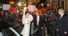 """Protestos em casamento de neta do """"Rei do Ônibus"""", no Rio de Janeiro, Brasil."""