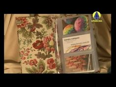 Video tutorial in portuguese, but the step by step is clear. Claudia Wada, Diy Clutch, Decoupage Vintage, Diy Handbag, Portuguese, Purses And Bags, Shabby Chic, Scrapbook, Craft Videos