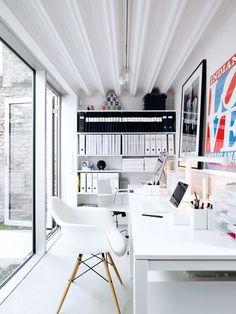 Pequeño espacio de trabajo con una gran luminosidad gracias al pavimento, paredes, techo y muebles en blanco.