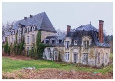 the beautiful chateau singes. Abandoned Buildings, Old Abandoned Houses, Abandoned Castles, Abandoned Mansions, Old Buildings, Old Houses, Derelict Places, Abandoned Places, Beautiful Architecture