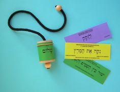 El péndulo hebreo se usa para diagnosticar y tratar las enfermedades. Sirve también para equilibrar la psique de la persona. Péndulo Hebreo con etiquetas de colores.