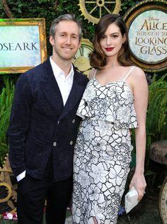Pin for Later: 23 Célébrités Qui Vont Fêter Leur Toute Première Fête des Pères Adam Shulman Anne Hathaway a donné naissance à un petit garçon nommé Jonathan Rosebanks en Mars dernier.