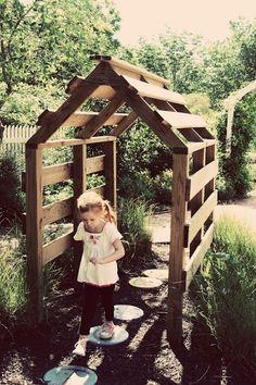 Casa puente hecha de palés y postes de madera • Cute house bridge made of pallets and wooden poles
