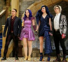 'Descendants' Cast Share Emotional Goodbyes After Final Movie The cast of 'Descendants is remembering Cameron Boyce. Dove Cameron, Sofia Carson and Booboo Stewart are reflecting on their costars sad passing. The Descendants, Dove Cameron Descendants, Disney Channel Descendants, Disney Channel Stars, Sofia Carson, Cameron Boyce, Seoul, Mal And Evie, Disney Movies To Watch