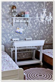 lastenhuone,pulpetti,kristallikruunu,kukkatapetti,lastenhuoneen sisustus,tapetti,vanha pulpetti