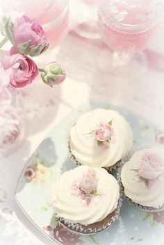 Shabby Chic cupcakes with rose accent. Flowers Cupcakes, Cupcakes Flores, Pretty Cupcakes, Sweet Cupcakes, Pastel Cupcakes, Pasteles Shabby Chic, Cupcakes Lindos, Shabby Chic Cupcakes, Spring Cupcakes