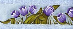 toalha de banho e rosto pintadas a mão, com tulipas lilás. Risco de barrado para jogo de banho , pintura em tecido.