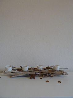Treibholz Advendskranz mit vier Teelichter. Das Treibholz stammt aus dem Tessin-Schweiz. Die Kerzenhalter sind aus handge-schöpften Papier. Teelich...