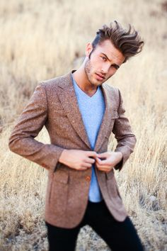 Messy Hairstyles are for those men who hate spending time in front of mirror all time. Here are 18 striking messy hairstyles for men that are stylish too. Sharp Dressed Man, Well Dressed, Mode Man, Black Chinos, Black Trousers, Looks Style, Haircuts For Men, Messy Hairstyles, Hairstyle Ideas
