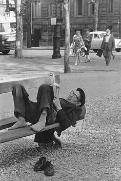 paris 1960 by sam shaw Black N White Images, Black White, Old Photos, Vintage Photos, Thomas Bernhard, People Reading, How To Read People, Photo Images, Cultural