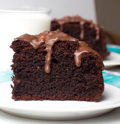Dieser veganer Schoko Erdnuss Kuchen ist sojafrei, glutenfrei, ohne raffinierten Zucker und vegan. Schokoladiger Gesunder Genuss ohne schlechte Reue!