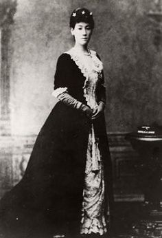 戸田極子、岩倉具視の娘。戸田氏共伯爵と14歳で結婚、三女をもうける。陸奥亮子、大山捨松とともに鹿鳴館の華と並び称された。1936年3月12日中風で死去。享年78.