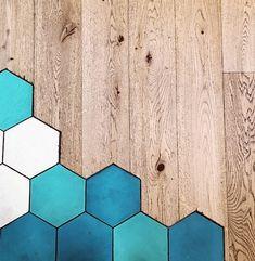 Floor Art tadında mavi ve ahşabın zemin dekorasyonundaki stil yansıması | Kadınca Fikir - Kadınca Fikir Tile Floor, Flooring, Texture, Crafts, Surface Finish, Manualidades, Tile Flooring, Wood Flooring, Handmade Crafts