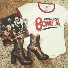 Bowie vibes for his birthday ⚡️⚡️ Punk Fashion, Fashion Outfits, Lolita Fashion, Fashion Boots, Style Fashion, David Bowie Fashion, Bowie Shirt, Dressed To Kill, Glam Rock