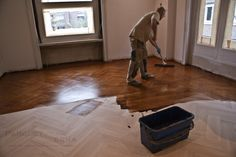 Aplicando tinte a un lamparquet de roble en espiga doble Hardwood Floors, Flooring, Texture, Crafts, Herringbone Floors, Oak Tree, Dyes, Wood Floor Tiles, Manualidades