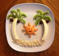 Palmeras y sol hecho de frutas para un snack creativo para niños Food Art For Kids, Fun Snacks For Kids, Cute Food, Good Food, Yummy Food, Toddler Meals, Kids Meals, Deco Fruit, Creative Food Art