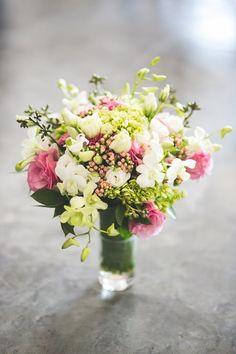 Bouquet de flores brancas, rosas e detalhes em verde. romântico e ideal para noivas delicadas. Fotos: Nelson Neto (