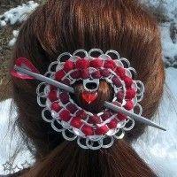 Complemento para el pelo con anillas de latas