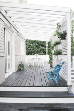 Backyard Deck Ideas - 10 Simple Updates to Try! - Joyful Derivatives Check out these 10 simple and affordable ways to update your deck or pergola! These backyard deck ideas will add loads of style to your outdoor space! Deck With Pergola, Backyard Pergola, Pergola Shade, Cheap Pergola, Front Porch Pergola, Porch Privacy, Backyard Shade, Small Pergola, Outdoor Pergola