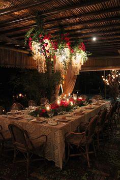 Decoração de jantar na praia em estilo rústico-chic-tropical - mesa posta com toalha de renda e arranjos de primaveras ( bougainvilles ) e velas