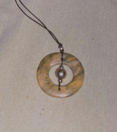 Specksteinanhänger  (grün-bunter Speckstein aus Indien) rund, ganz poliert mit 1 großen und 3 kleinen Metallperlen an gewachstem Stoffband