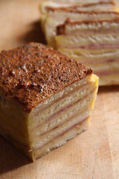 cake_croque_monsieur_2 Pour deux cakes (on peut facilement diviser la recette par deux) : 2 crottins de chavignol 400mL de crème liquide Sel & Poivre 6 œufs 20 tranches de pain de mie sans croute (1 paquet) 40g de parmesan fraichement râpé 8 tranches de jambon (ni trop fines, ni trop épaisses)