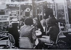 David Bowie relaxing with friends in a pavement cafe in Paris in 1973. The Fan…