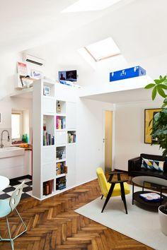 Kawalerka w kamienicy z lat 60. przeżyła spektakularną metamorfozę. Z ciemnego, małego mieszkania zmieniła się w przestrzenne studio z antresolą. Smaku aranżacji małego mieszkania dodał kolorowy wystrój w stylu retro. Świetna kawalerka - ZDJĘCIA!