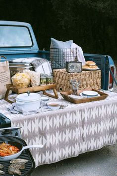 There's nothing quite like an afternoon spent outdoors, tailgating with friends before a big event, on a crisp, fall day. And to think, it's just the pre-party! It's surprising how easy it is to elevate your tailgate with just a couple of tips and a few portable components. It doesn't take a