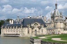 """Le château de Chantilly s'élève au c""""ur d'un vaste domaine forestier de 7 800 hectares. Construit à l'initiative du connétable Anne de Montmorency en 1528 sur les fondements d'une ancienne forteresse, il fut pendant longtemps une résidence princière. Très endommagé à la Révolution, il retrouve sa splendeur d'antan sous l'impulsion du dernier fils du roi Louis-Philippe Ier, Henri d'Orléans, duc d'Aumale. Ce dernier a constitué la collection du musée qu'abrite aujourd'hui le château."""