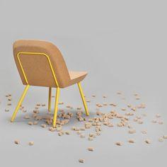 Fauteuil en liège, Rodet Home. Une structure métallique jaune et une assise en liège font de ce fauteuil une pièce design et confortable.
