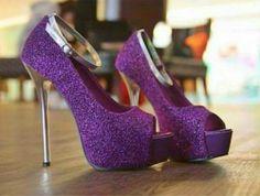 sapatos roxos de salto alto