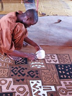 Hand-painting mudcloth in Mali. Hand-painting mudcloth in Mali. African Textiles, African Fabric, Afrique Art, Tachisme, Art Tribal, Tech Art, African Home Decor, Batik, Thinking Day