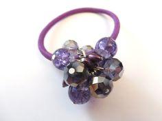 élastique a cheveux violet- bijoux de cheveux- élastique cristal violet- élastique de velours- bijoux fait a la main   - élastique à cheveux violet. - bijoux de cheveux. - grappe de billes de 1 pouce - billes 8mm - Billes de cristal - billes de verre - élastique de tissu  Sattache bien et serré  Sagencera à vos belles tenues pour donner un look plus chic a votre coiffure  ** Vous recevez le bijoux quil y a sur la photo un seul exemplaire disponible**  bijoux emballés dans un joli sac…
