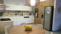 מטבח לבן עם חיפוי מודגש. גווני צהוב.