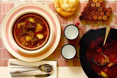 Cómo hacer caldereta de cordero en Crock Pot o slow cooker. Receta paso a paso. Descubre esta y otras recetas de guisos de carne en olla de cocción lenta.