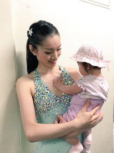 キラキラに夢中なご様子♪(´ε` ) Ladies Figure, Women Figure, Shizuka Arakawa, Figure Skating Dresses, Ballroom Dress, Hanyu Yuzuru, Gymnastics Leotards, Japanese Beauty, Ice Skating