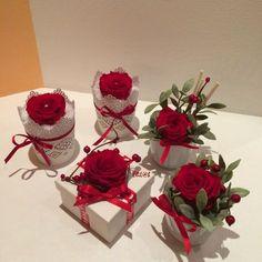 Regalini natalizi con rose stabilizzate, bacche, fiori secchi e fiocchetti