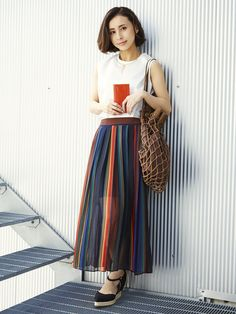 【ELLE】プリーツスカートで春スタイルを軽快に演出|エル・オンライン