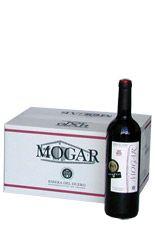 Créate tu propia bodega con esta caja de 6. Mezcla 3 botellas de Mogar Roble y 3 de Vendimia Seleccionada, y aprecia con el tiempo como el vino evoluciona...