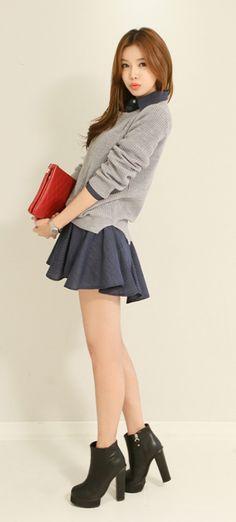 Este es un suéter y una falda con unas botas. Las botas son negros pero la falda y suéter son gris. Me gusta estas botas porque son de moda.