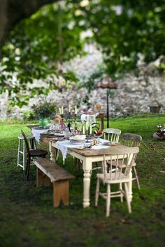 60 Ideas For Outdoor Party Seating Mismatched Chairs Outdoor Tables, Rustic Outdoor, Outdoor Parties, Rustic Table, Outdoor Entertaining, Outdoor Rooms, Outdoor Dining, Outdoor Gardens, Garden Parties