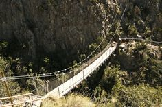 To less than a hour of Valencia, in Chulilla, can make an of the routes of hiking more spectacular of Valencia, the route of them pantaneros of Chulilla. Dangerous Roads, Valence, Tourist Sites, Spain Holidays, Murcia, Family Adventure, Spain Travel, Day Trip, Where To Go